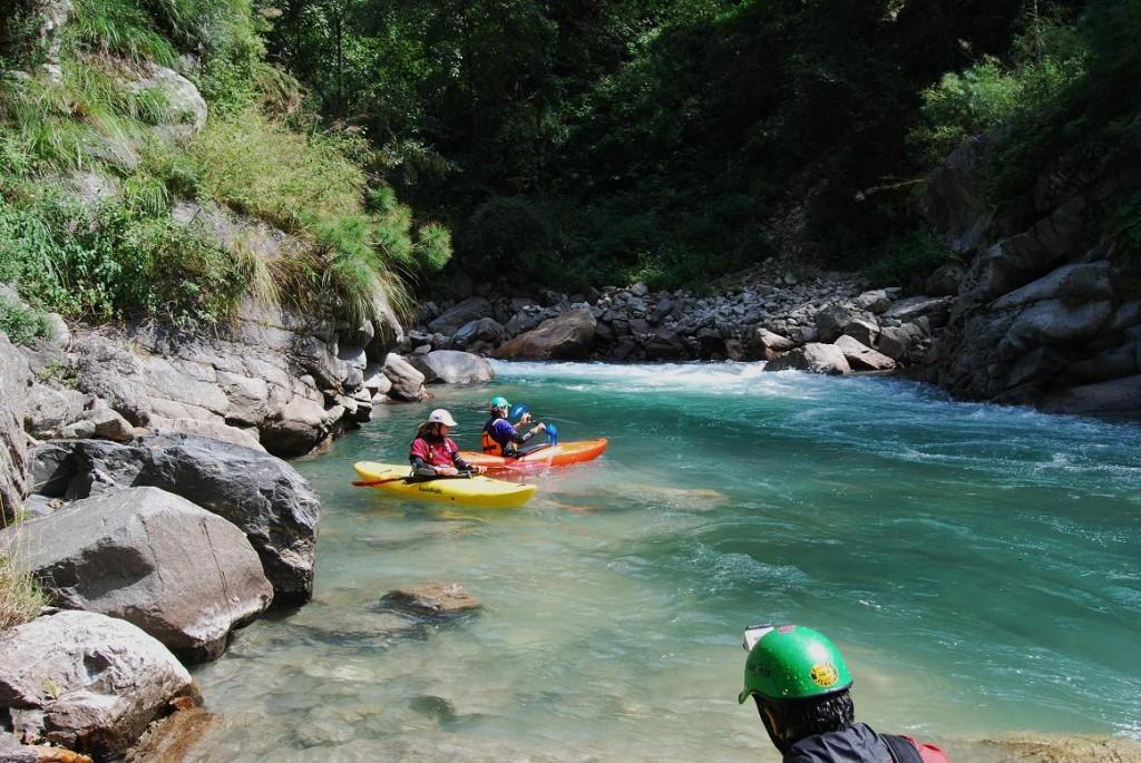 aguas claras en el  río Nandakini